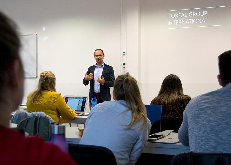 HMKW-Dozent Tobias Looschelders: Gastreferent Stephan Naumann zu Social Media Analytics bei L'Oréal